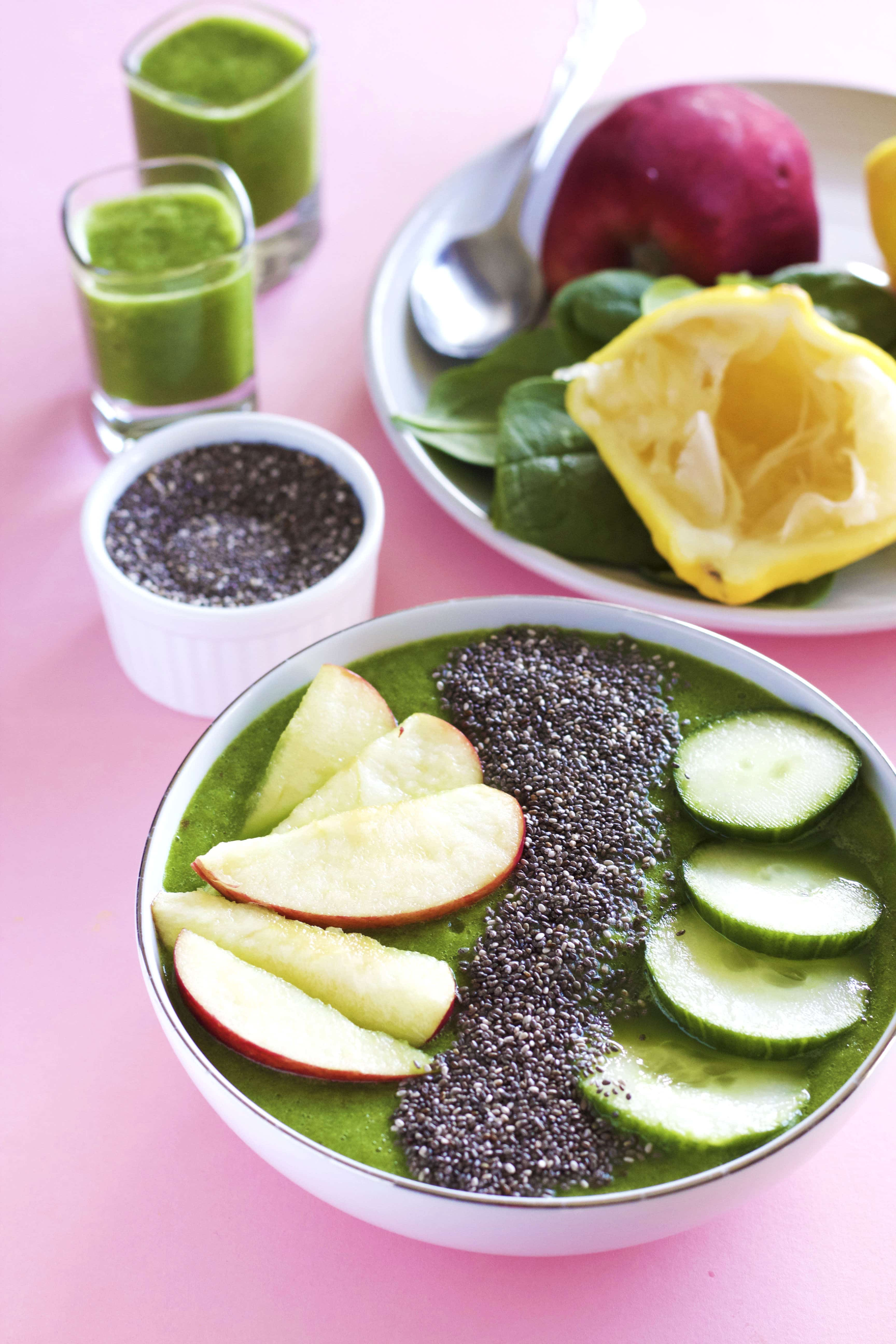 A healthy and nourishing smoothie bowl that's just 5 ingredients!   thealmondeater.com
