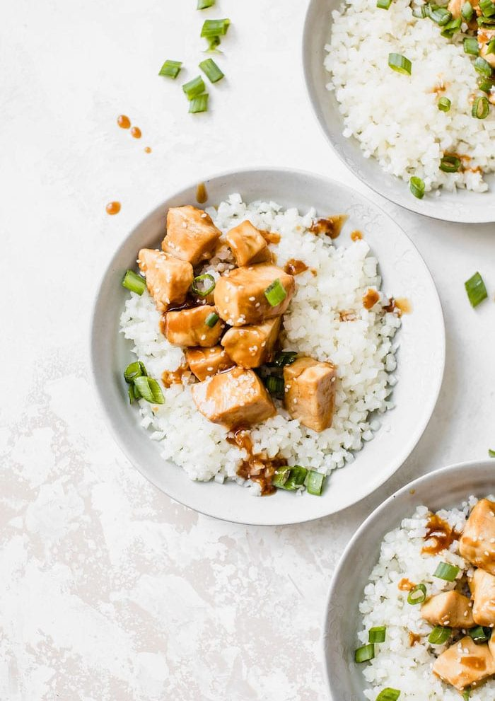 Honey Garlic Chicken with cauliflower rice is a healthy #paleo dinner recipe | thealmondeater.com