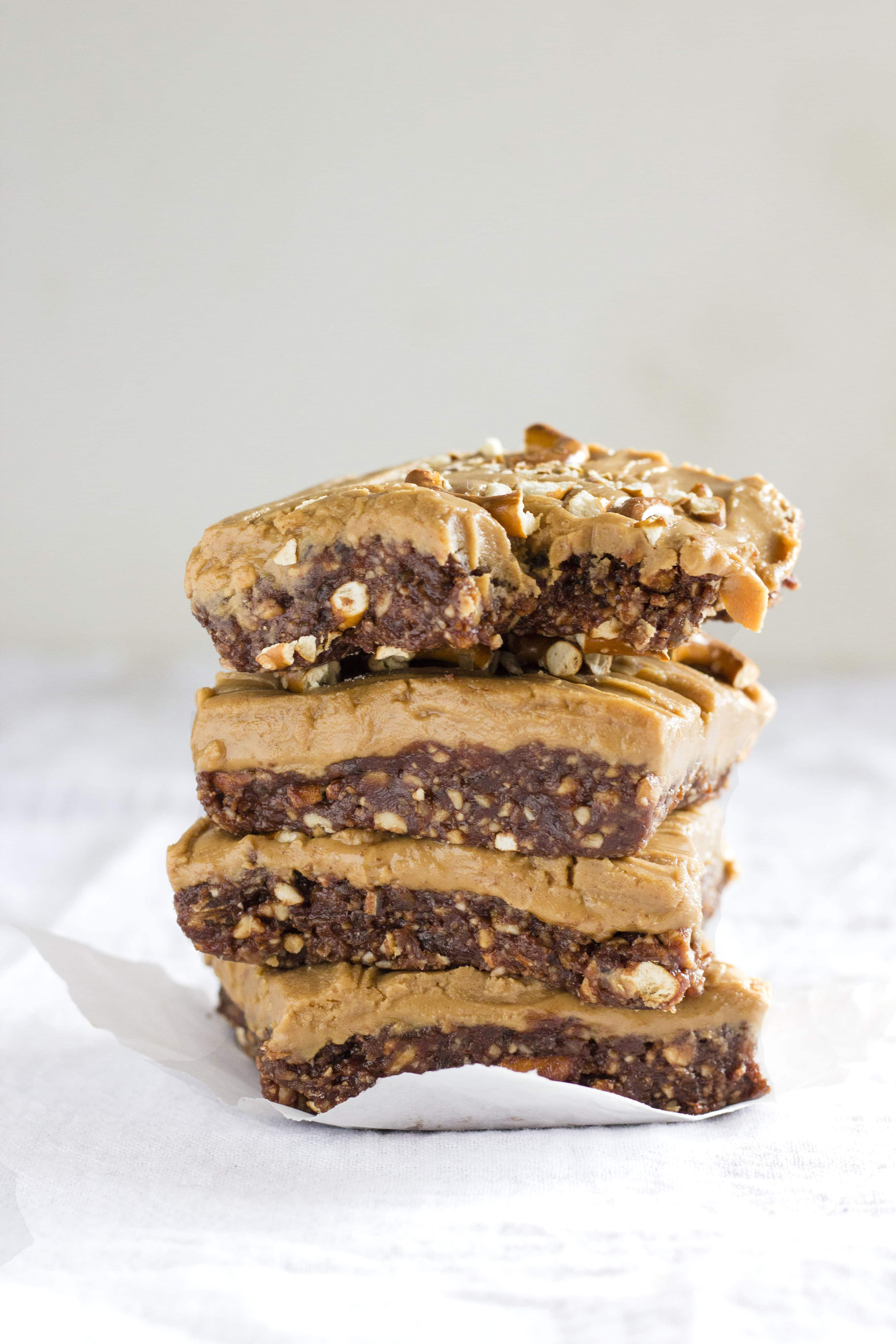 6-ingredient VEGAN no bake bars | thealmondeater.com