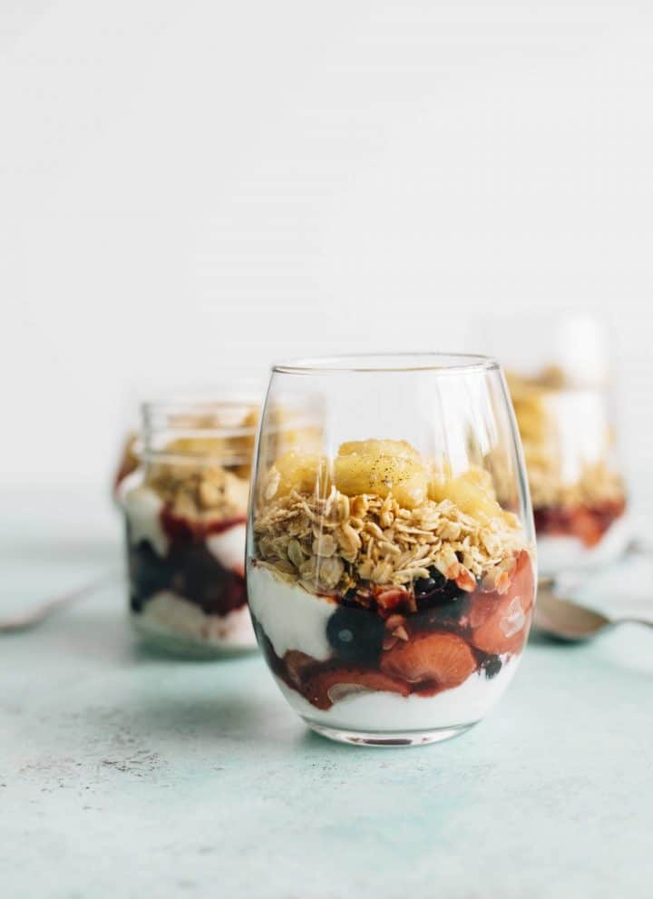 Honey Glazed Yogurt Parfait | Enjoy yogurt for breakfast with this layered parfait--yogurt, oats AND caramelized fruit!