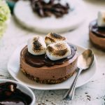 Vegan s'mores cheesecakes made with a cashew-base and topped with chocolate ganache | #vegan