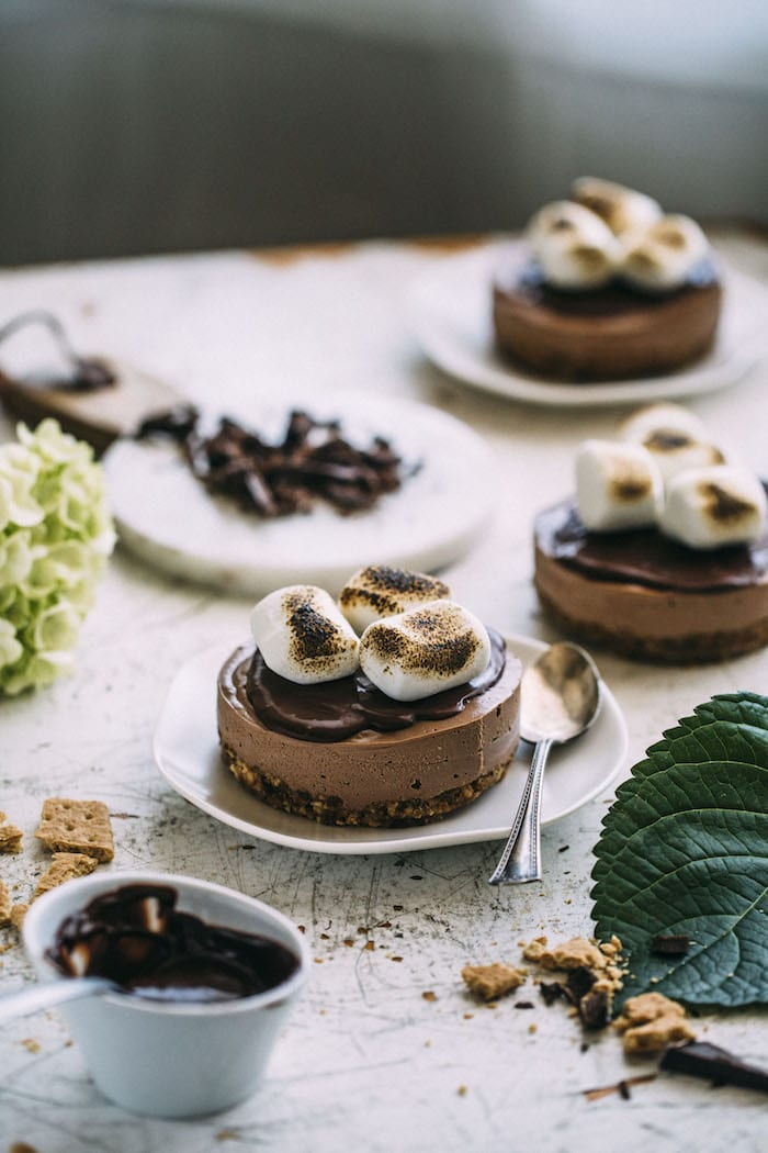 vegan s'mores cheesecakes topped with chocolate ganache! | thealmondeater.com