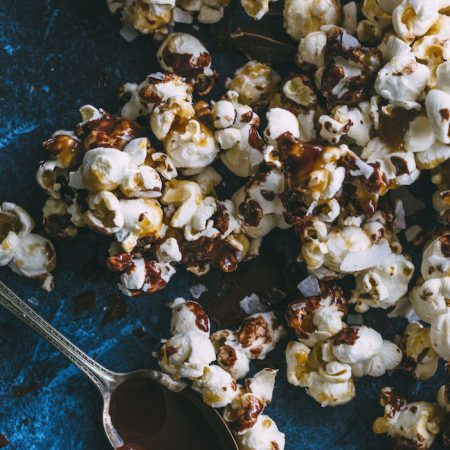 SAMOA Popcorn made with a healthier caramel sauce+dark chocolate | thealmondeater.com
