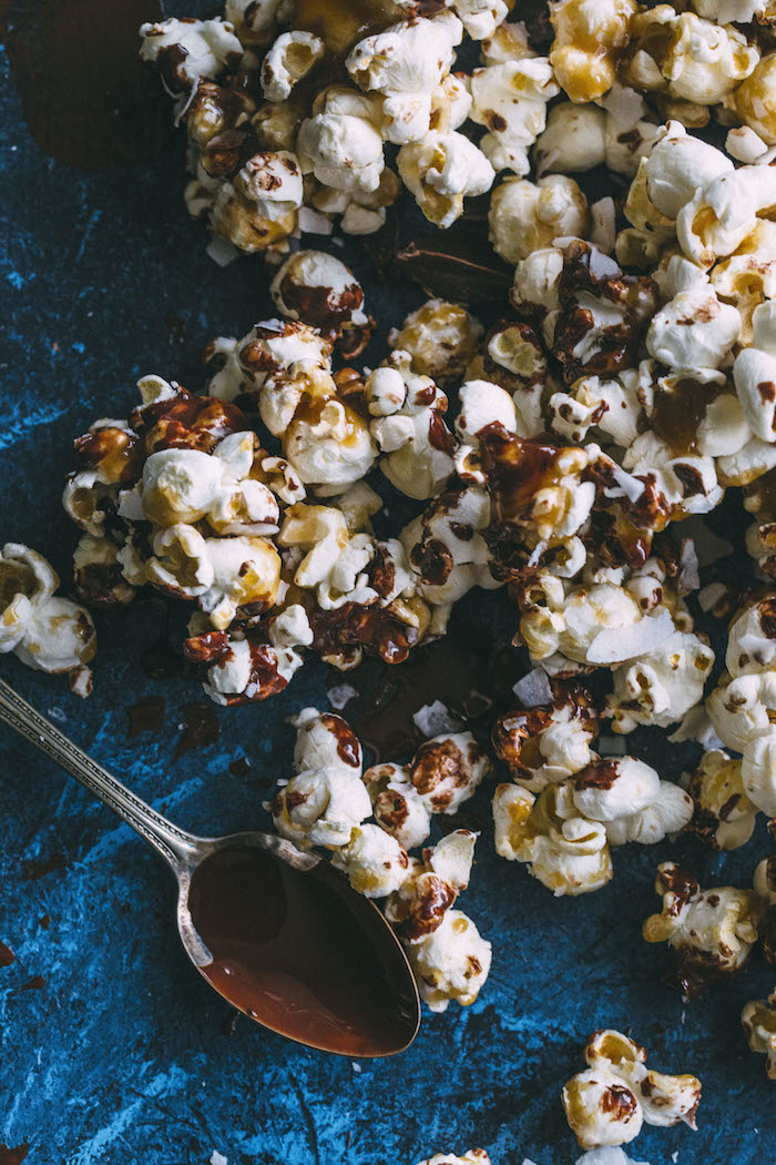 SAMOA Popcorn made with a healthier caramel sauce+dark chocolate | thealmondeater.com