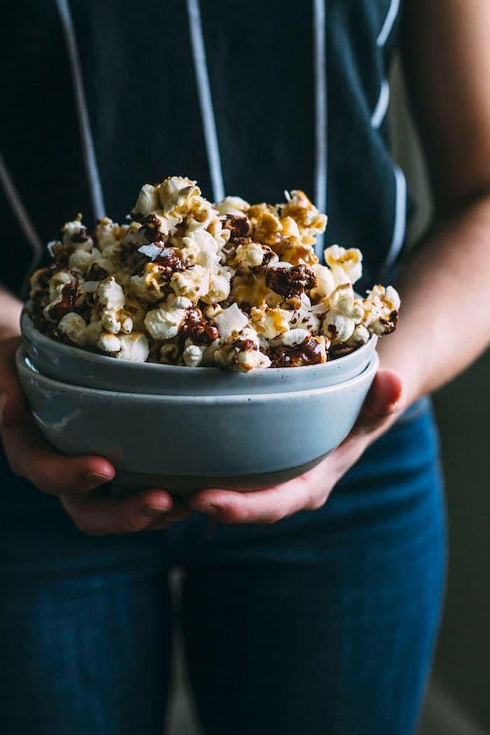 Vegan SAMOA Popcorn with caramel+chocolate+coconut!