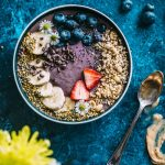 Quinoa Acai Bowl filled with banana, peanut butter and QUINOA | thealmondeater.com