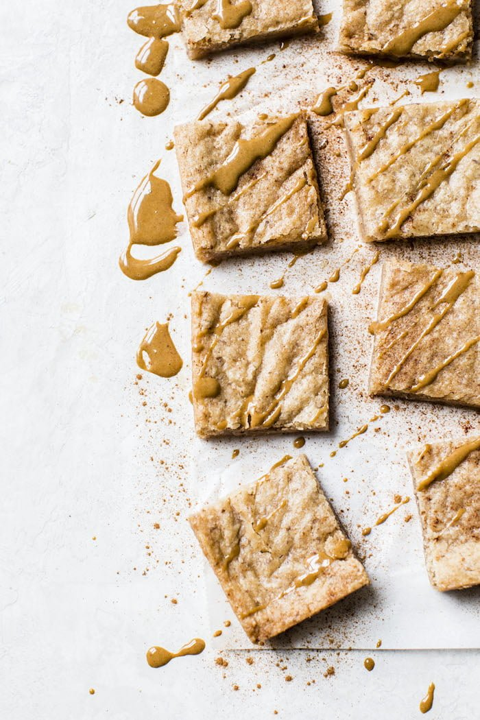 Dirty Chai Blondies that are vegan-friendly, flavored with chai and topped with a simple espresso glaze | thealmondeater.com